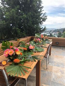 Tropikal çiçekler, düğün masası